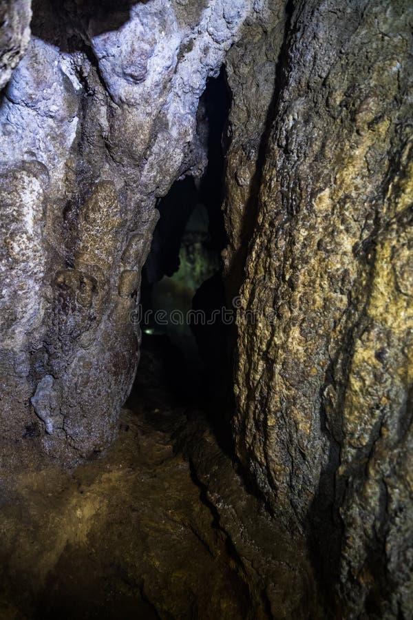 Túnel do curso da aventura, Akiyoshi Cave imagens de stock royalty free