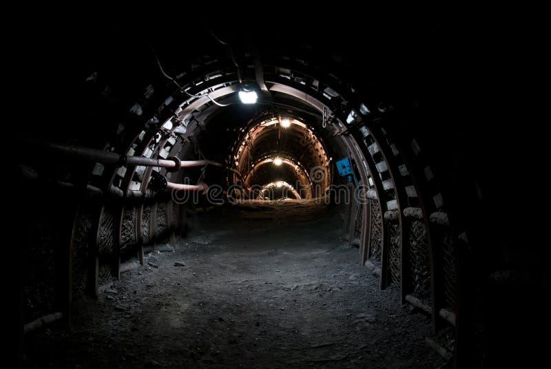 Túnel escuro na mina de carvão imagens de stock
