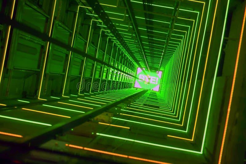 Túnel luminoso verde de la elevación fotos de archivo libres de regalías