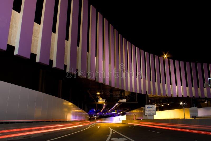 Túnel moderno da estrada com tráfego borrado elevado imagem de stock royalty free