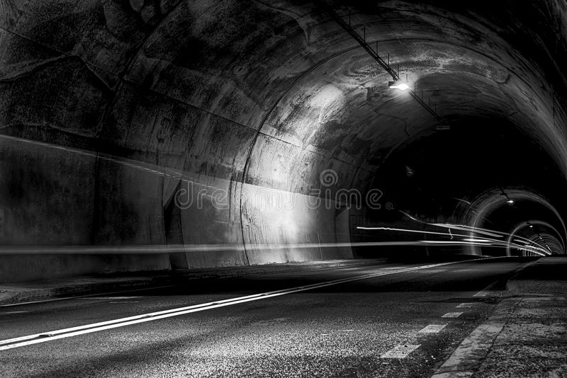 Túnel na noite com traços de luz imagem de stock royalty free