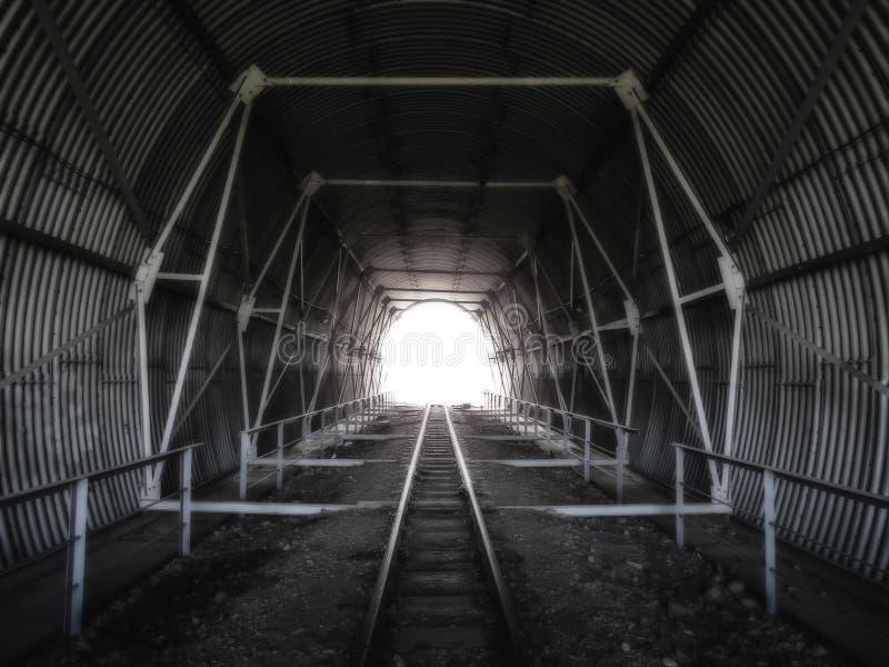 Túnel nas trilhas railway foto de stock