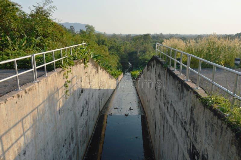 Túnel nivelado da maneira para a água do dreno e para proteger a inundação no reservatório Tailândia de Wang Bon fotos de stock royalty free
