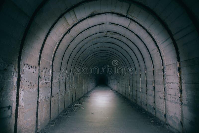 Túnel o pasillo subterráneo en la forma de arco en refugio de bomba soviético abandonado imágenes de archivo libres de regalías