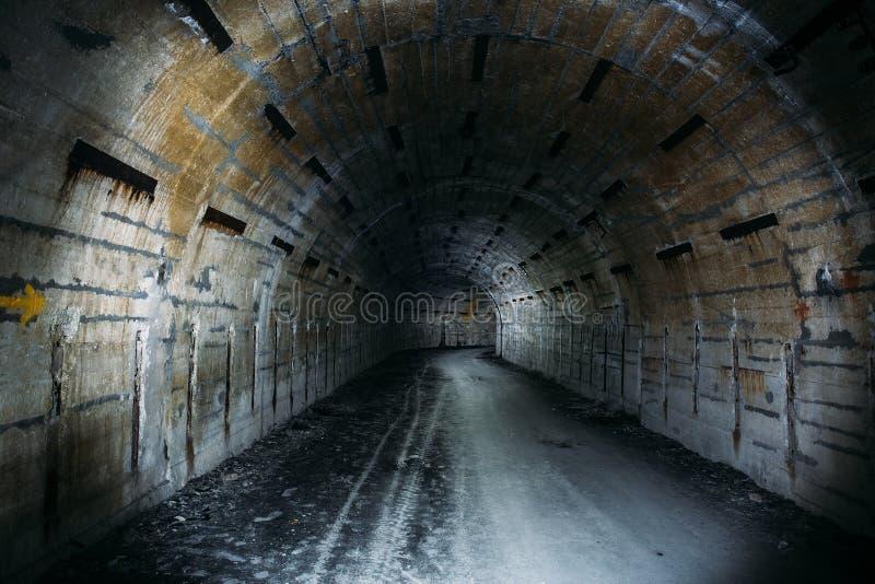 Túnel o pasillo subterráneo largo en arcón militar soviética abandonada imagen de archivo libre de regalías