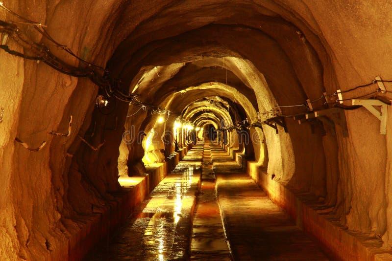 Túnel oscuro con la luz fotografía de archivo