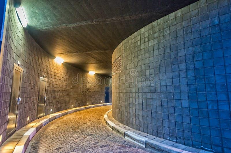 Túnel peatonal de la ciudad, formas geométricas fotos de archivo libres de regalías