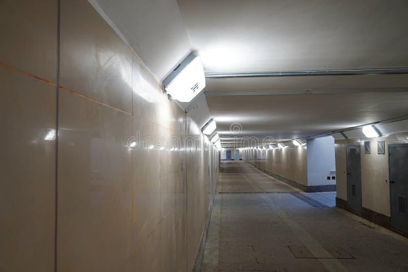 Túnel peatonal moderno vacío sin la gente Paso inferior nuevo con la luz amarillento fotografía de archivo libre de regalías