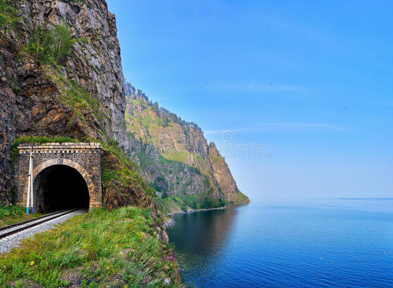 Túnel Railway na borda da terra do Lago Baikal o mais profundo imagem de stock