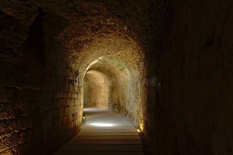 Túnel sob o teatro romano de Cadiz fotos de stock