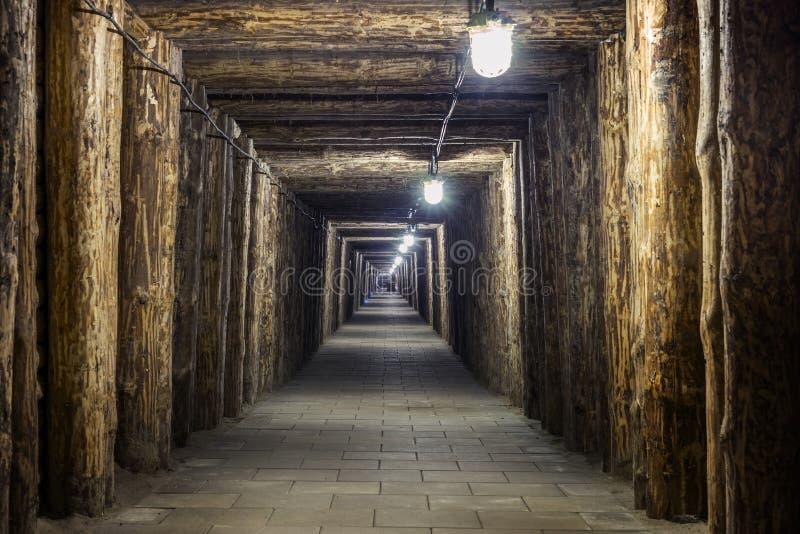 Túnel subterráneo iluminado en mina vieja imagen de archivo libre de regalías