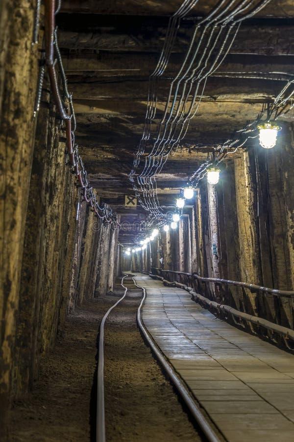 Túnel subterráneo iluminado en mina vieja fotografía de archivo