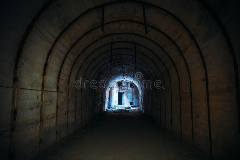 Túnel subterráneo largo con la luz en extremo Pasillo concreto de la arcón abandonada fotos de archivo