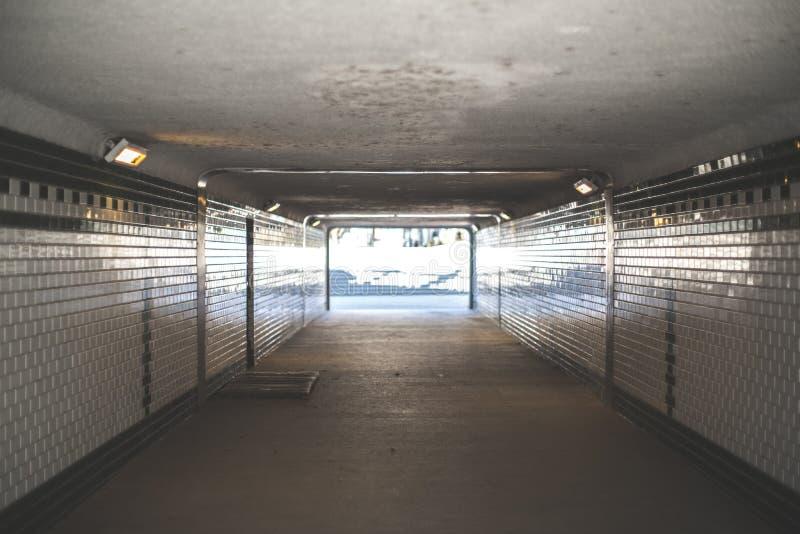 Túnel subterráneo que lleva al exterior fotografía de archivo libre de regalías