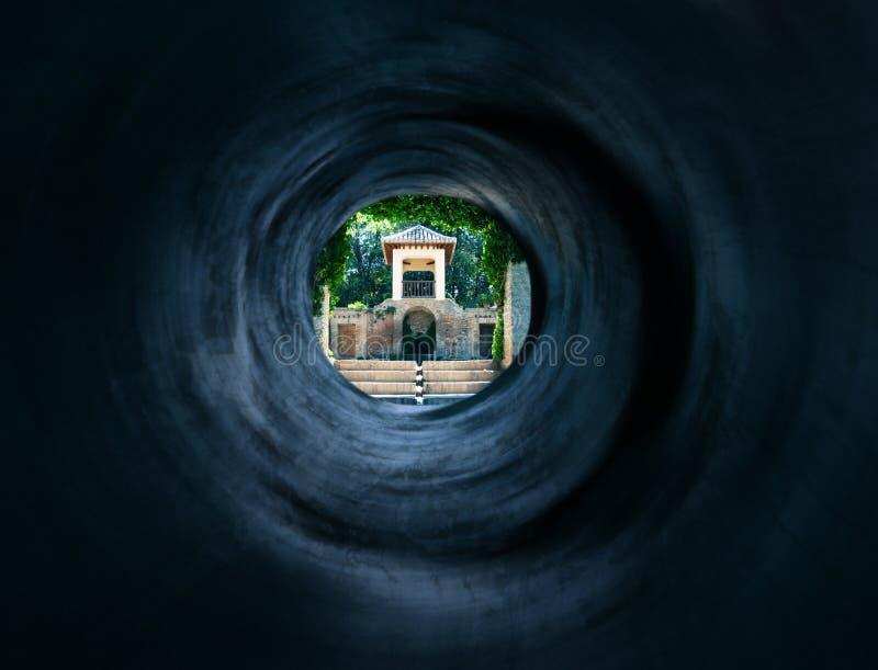 Túnel surreal ao palácio oriental místico