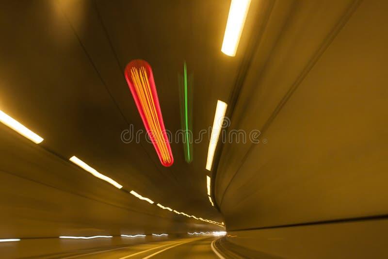 Túnel urbano da estrada da estrada fotografia de stock royalty free