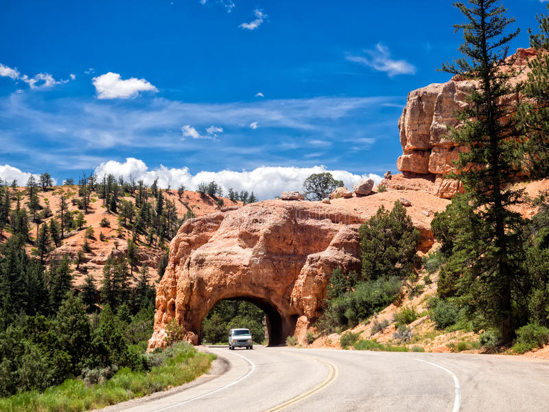 Túnel vermelho da estrada do arco na maneira a Bryce Canyon National Park, U imagem de stock