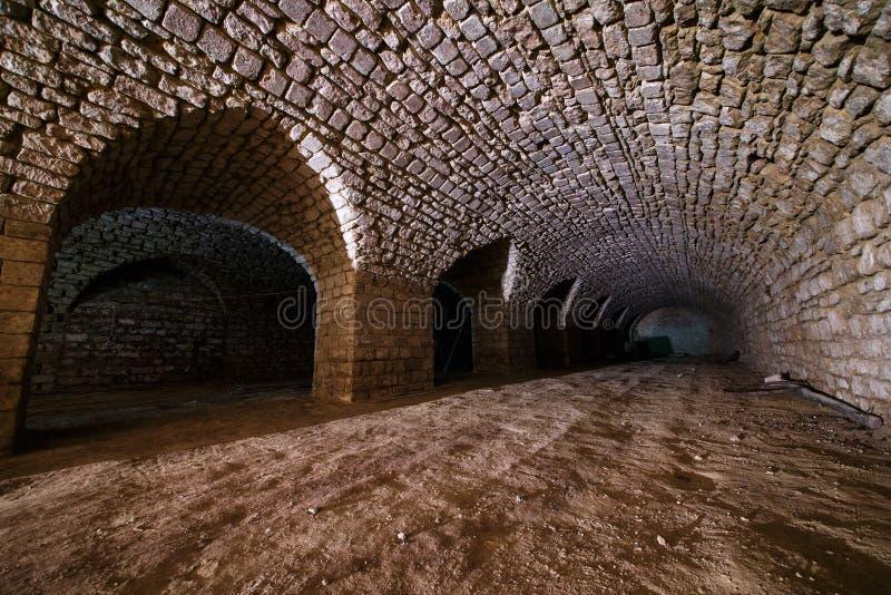 Túnel viejo del ladrillo subterráneo largo foto de archivo