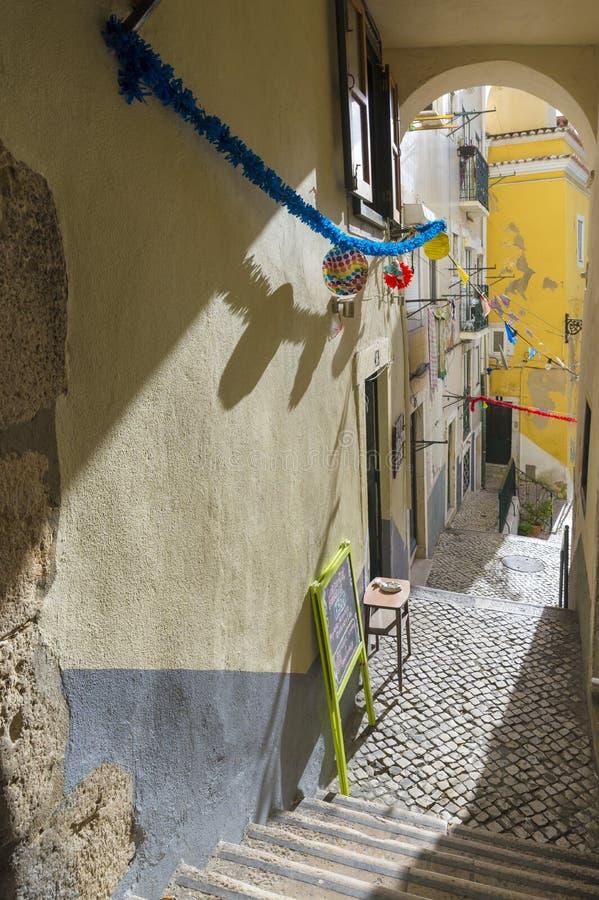 Túnel y escaleras, una esquina típica del distrito de Alfama foto de archivo