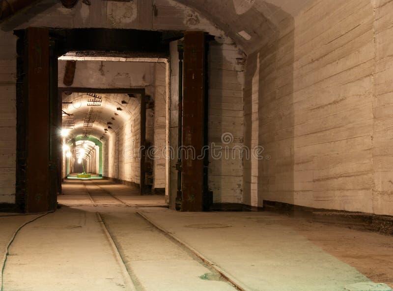 Túneles y refugios subterráneos abandonados foto de archivo