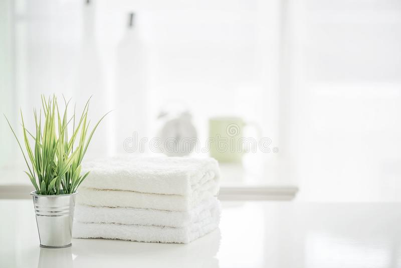 Tücher auf weißer Tabelle mit Kopienraum auf unscharfem Badezimmer backgr lizenzfreie stockfotos