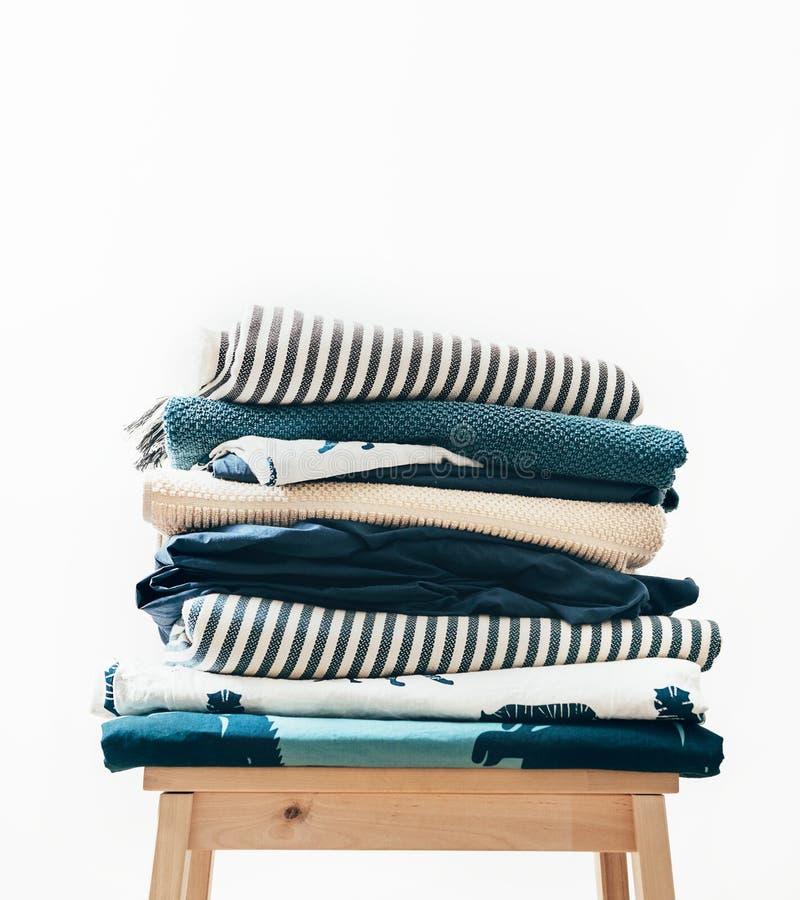 Tücher, Decken und anderes Hauptgewebe im Blau und in beidge Farbe lizenzfreie stockbilder