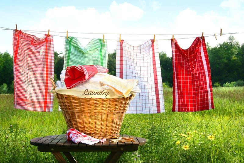 Tücher, die auf der Wäscheleine trocknen stockfotos