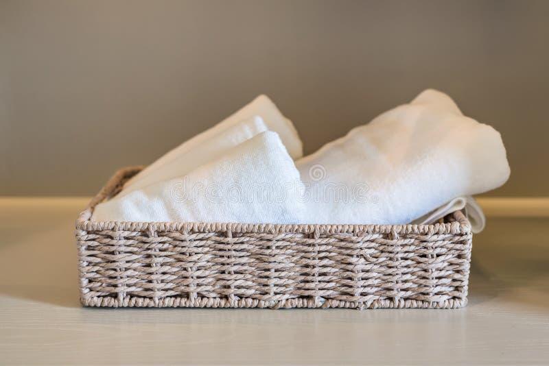 Tücher im Korb auf hölzernem wardorbe stockfoto