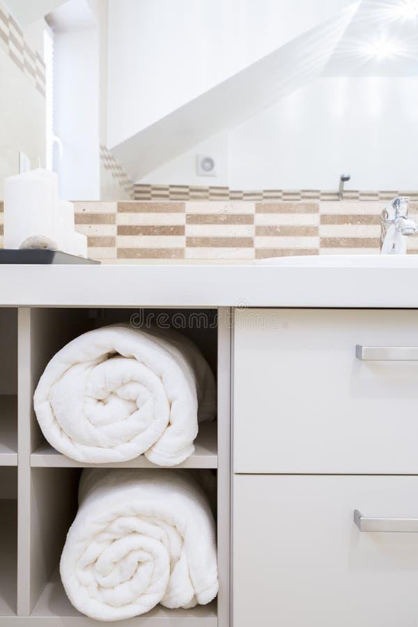 Tücher im Schrank des modernen Badezimmers lizenzfreie stockfotografie