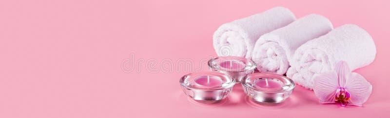 Tücher, Kerzen und Orchideenblumen für ein Badekurortentspannung auf einem Stift lizenzfreies stockfoto