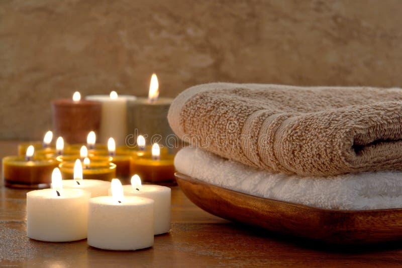 Tücher und Aromatherapy Kerzen in einem Badekurort lizenzfreie stockfotos