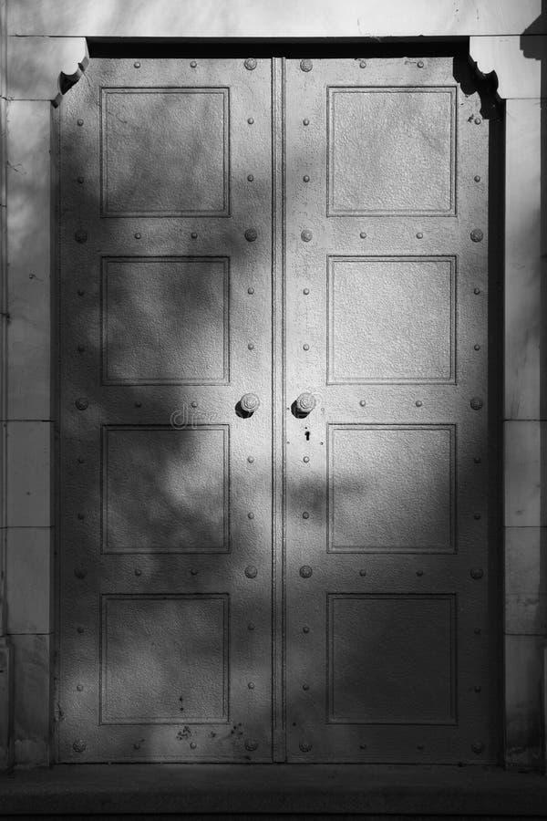 Tür auf Kirchhof stockfotografie