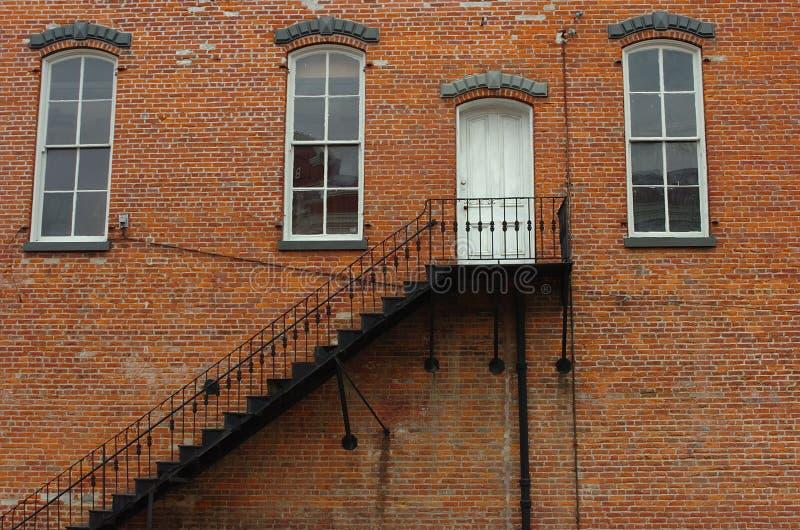 Tür auf roter Backsteinmauer lizenzfreie stockfotografie