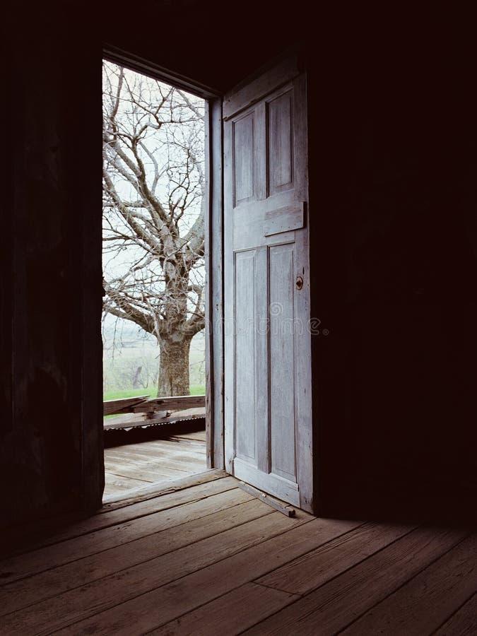 Tür _Darkness zur Leuchte stockfotos
