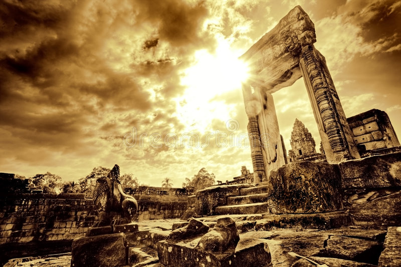 Tür in der Tempelruine stockbilder
