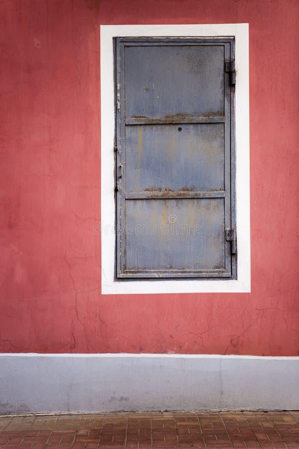 Tür in der Wand stockbilder