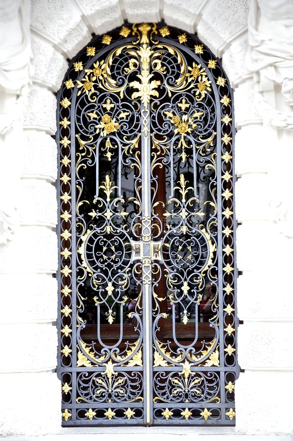 Tür des bearbeiteten Eisens stockbild