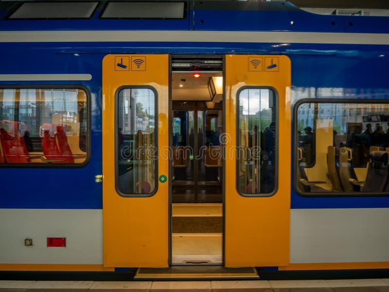 Tür des gelben Zugs im Bahnhof in den Niederlanden stockfotos