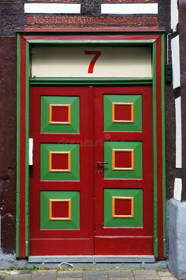 Tür des mittelalterlichen Gebäudes in Hameln, Deutschland stockfotos
