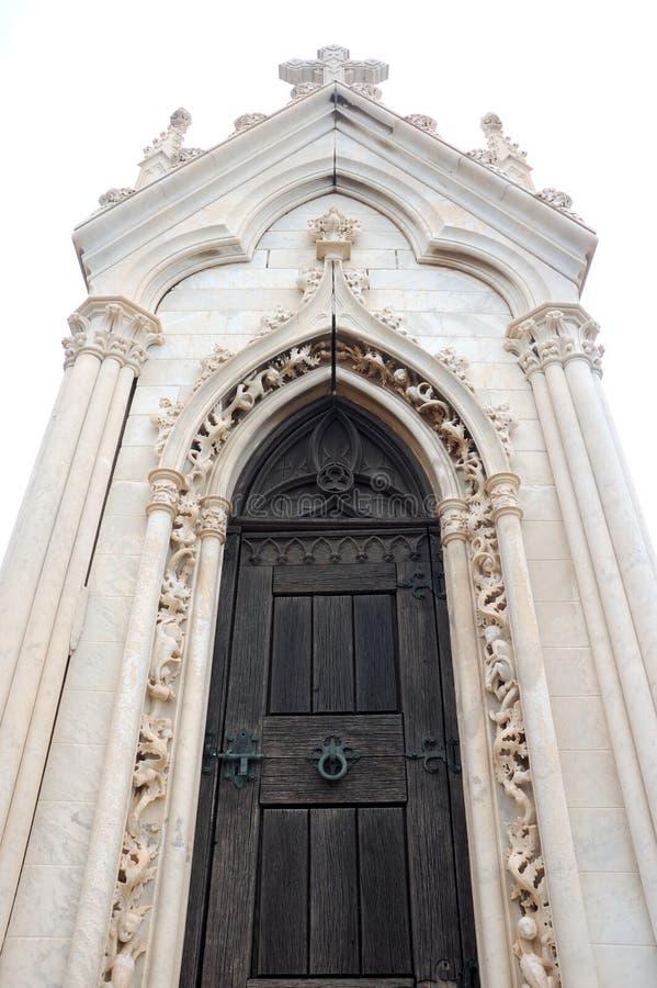 Tür einer gotischen Kirche stockfotografie