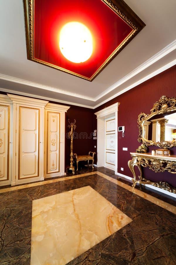 Tür in einer modernen Wohnung lizenzfreie stockfotos