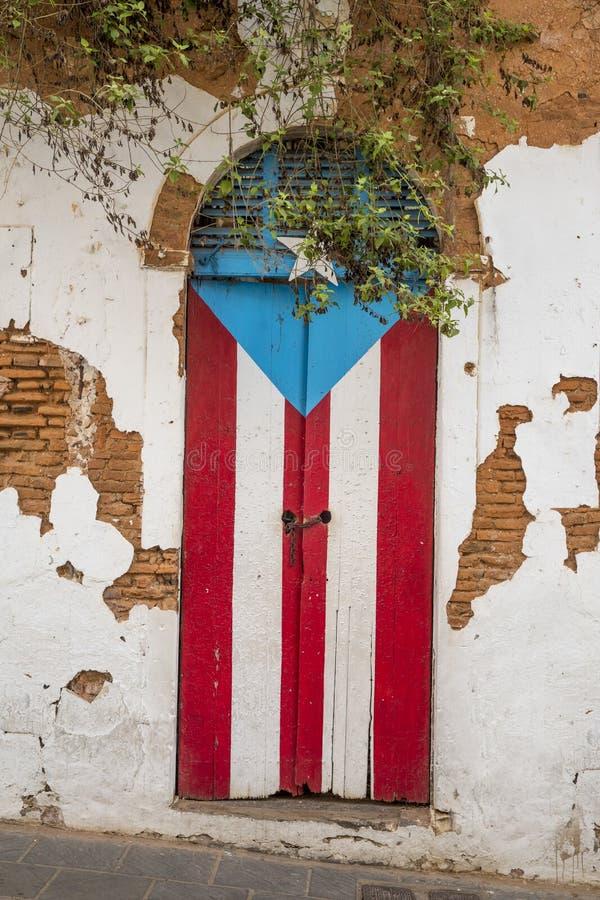 Tür eines ruinierten Hauses in San Juan, Puerto Rico stockfotografie