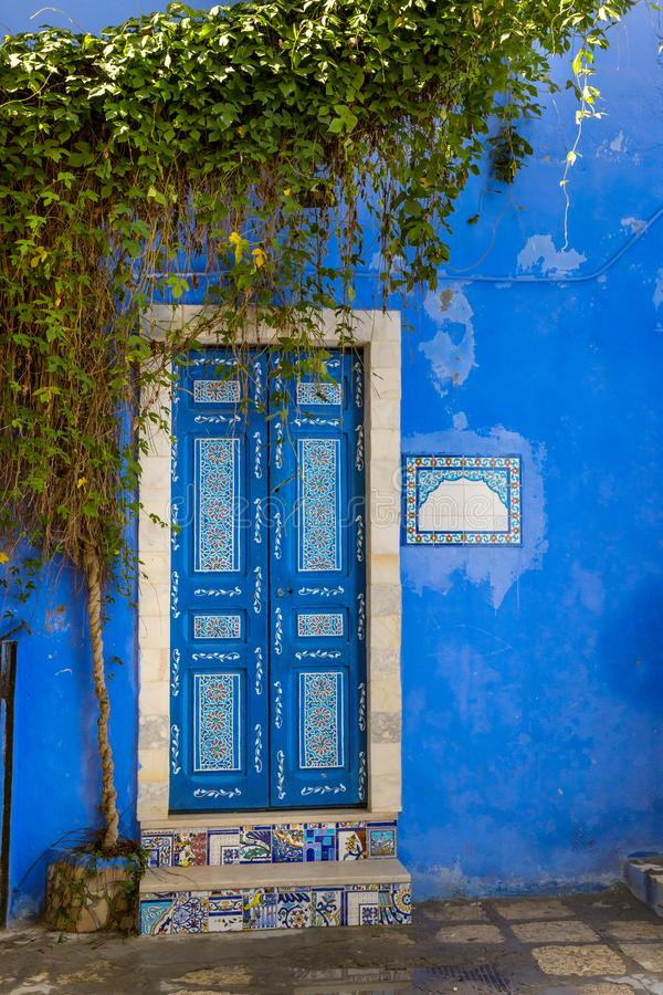 Tür eines traditionellen Hauses in Tunesien lizenzfreie stockbilder