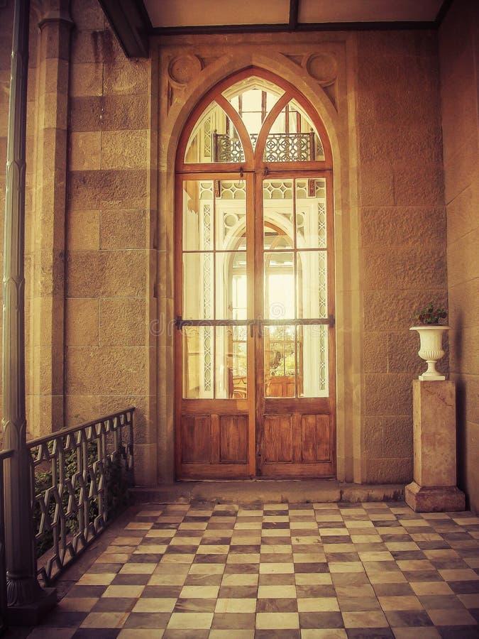 Tür im alten Schloss lizenzfreie stockfotos