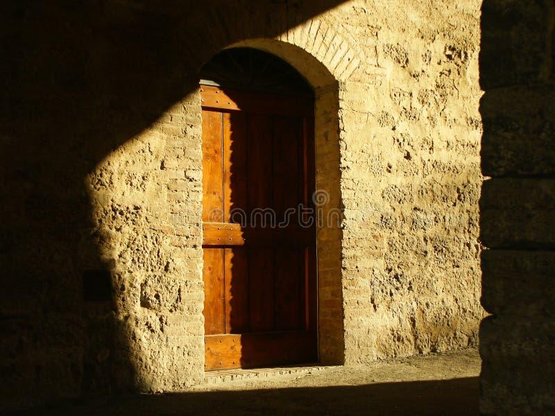 Tür im Farbton stockfoto