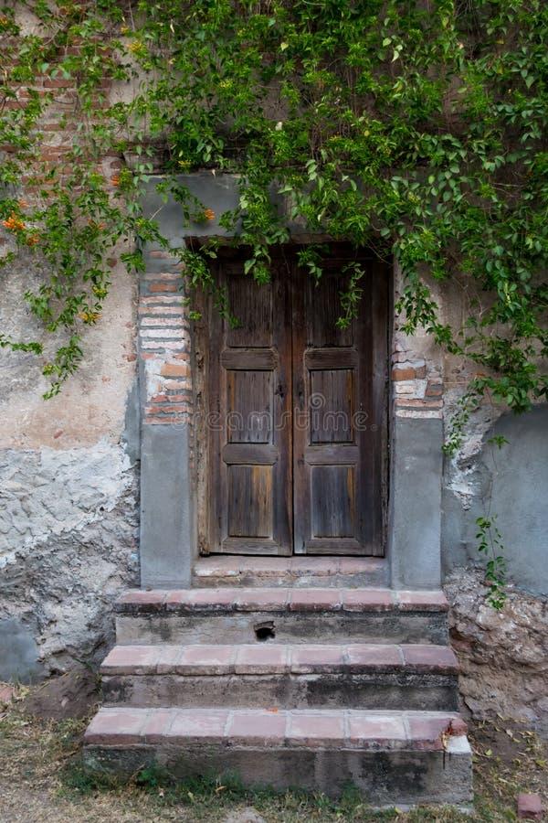Tür im mexikanischen Haus stockbilder