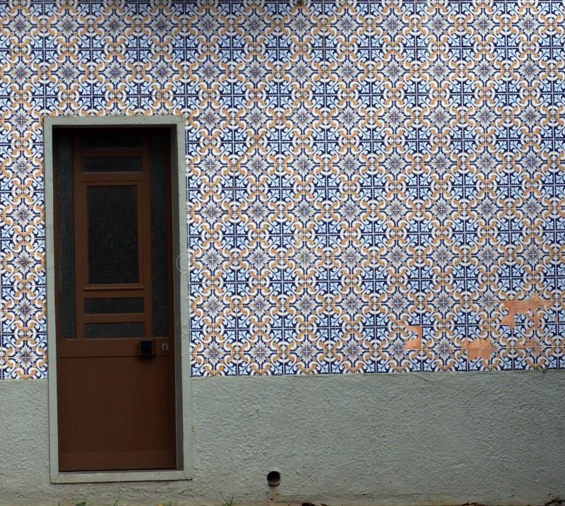 Tür mit Fliesenwand in Tavira Portugal stockfotos
