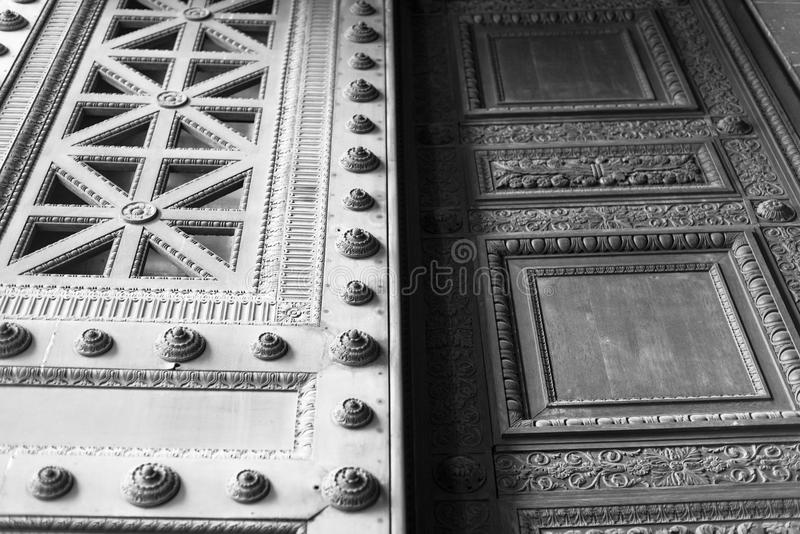 Tür in Paris lizenzfreie stockfotografie