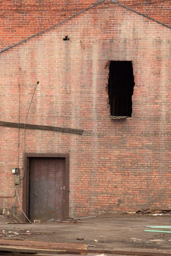 Tür Und Demoliertes Fenster Lizenzfreies Stockbild