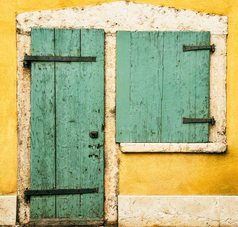 Tür und Fenster lizenzfreie stockfotos